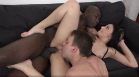 Cuckold: Muž ženi liže pičku dok joj crnac razvaljuje guzicu